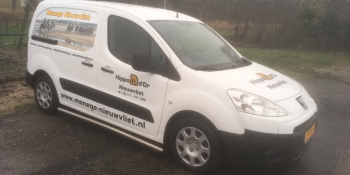(Nederlands) Manege Nieuwvliet neemt bedrijfswagen in ontvangst.